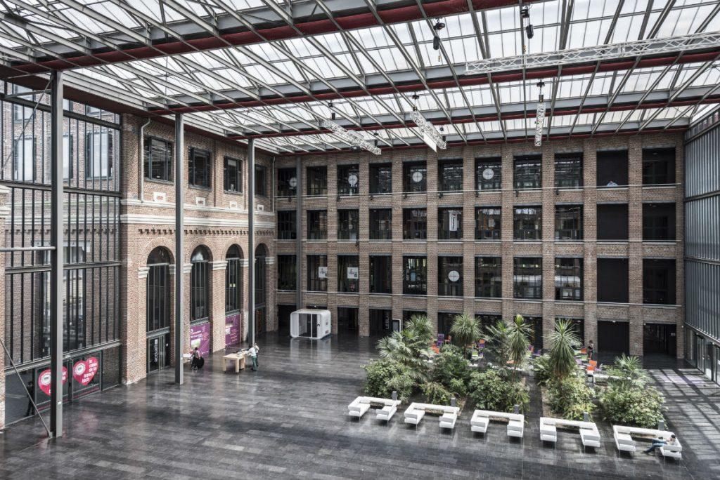 Atrium de l'incubateur à start-up du pôle Euratechnologies